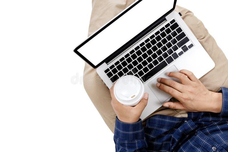Νέος επιχειρηματίας που εργάζεται στο φορητό προσωπικό υπολογιστή με  στοκ εικόνες