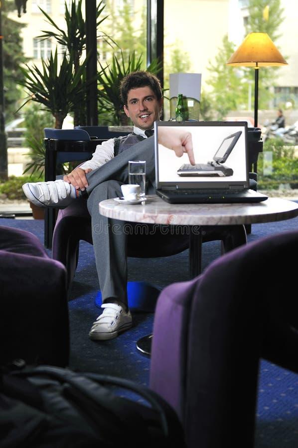 Νέος επιχειρηματίας που εργάζεται στο lap-top στοκ εικόνα