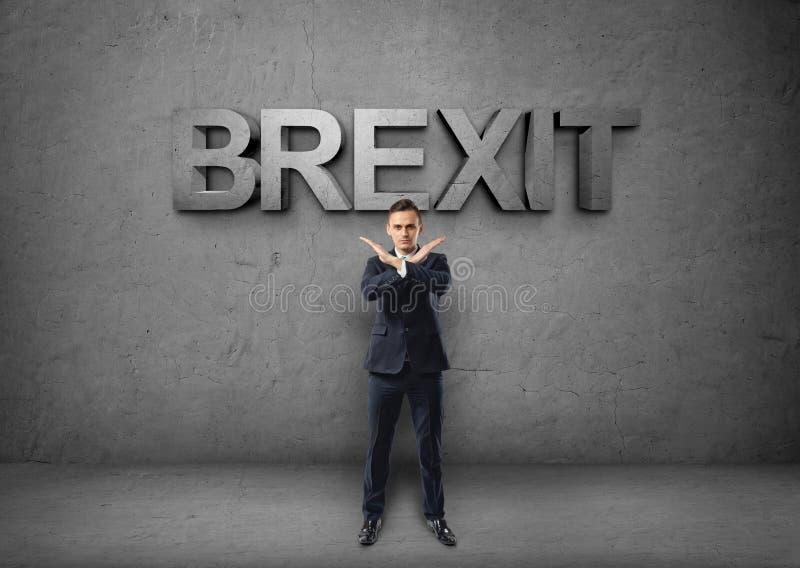 Νέος επιχειρηματίας που κάνει το σημάδι Χ από τα όπλα του στο συγκεκριμένο backround με τη λέξη «brexit» στοκ εικόνες με δικαίωμα ελεύθερης χρήσης