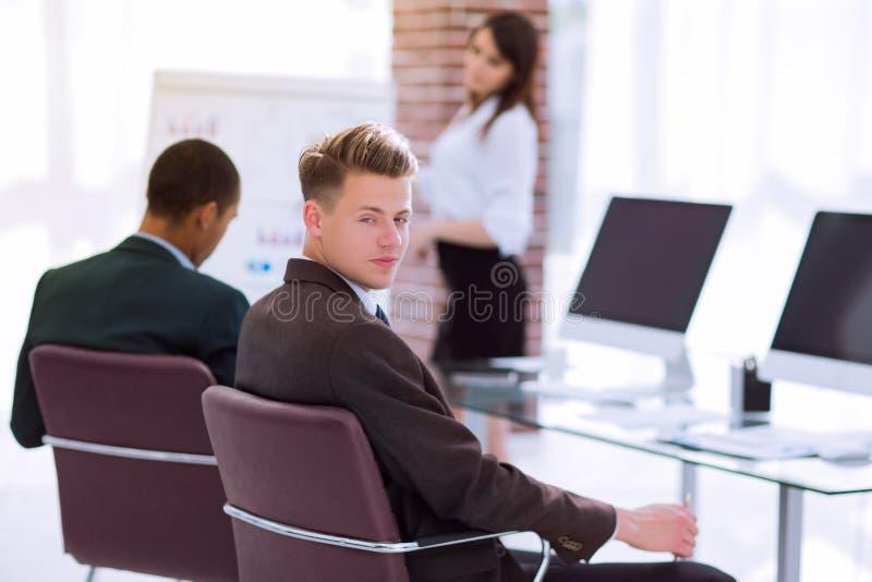 Νέος επιχειρηματίας που προετοιμάζεται για μια επιχειρησιακή παρουσίαση στοκ φωτογραφίες