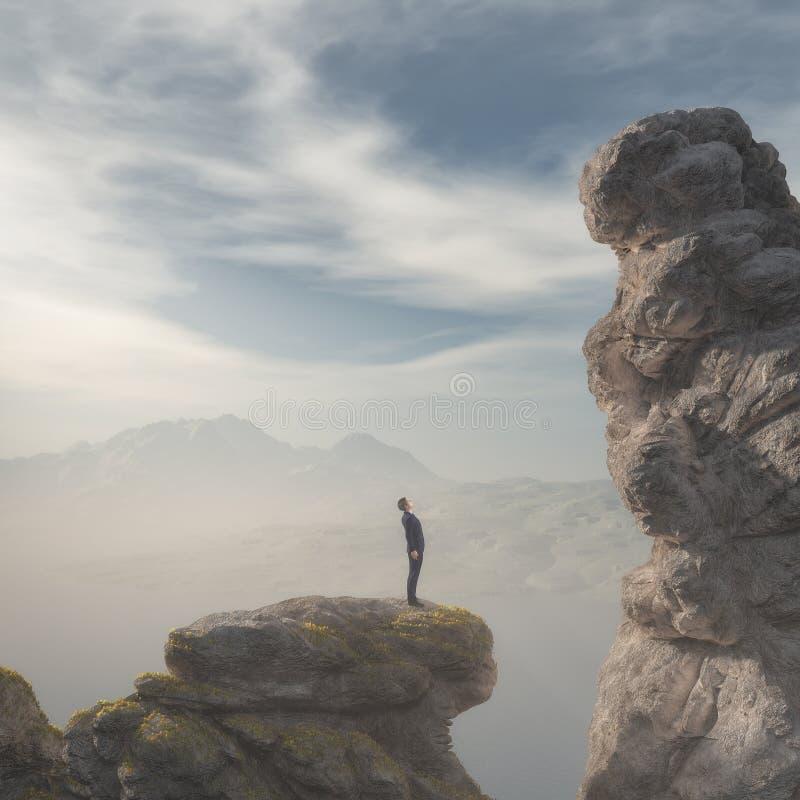Νέος επιχειρηματίας που στέκεται στην άκρη του βουνού βράχου ελεύθερη απεικόνιση δικαιώματος