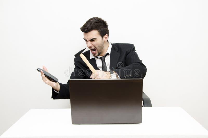 Νέος επιχειρηματίας που τονίζεται έξω στοκ φωτογραφίες