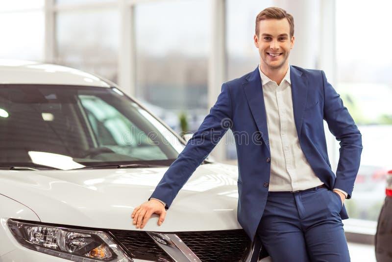 Νέος επιχειρηματίας στη έκθεση αυτοκινήτου στοκ εικόνες με δικαίωμα ελεύθερης χρήσης