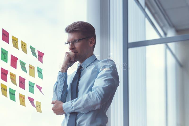 Νέος επιχειρηματίας στον εργασιακό χώρο στοκ εικόνες