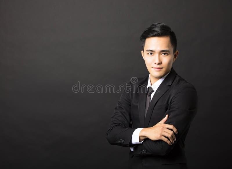 Νέος επιχειρηματίας στο μαύρο υπόβαθρο στοκ εικόνες