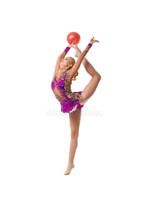 Νέος λεπτός gymnast με το κόκκινο καλλιτεχνικό πορτρέτο σφαιρών στοκ φωτογραφία με δικαίωμα ελεύθερης χρήσης