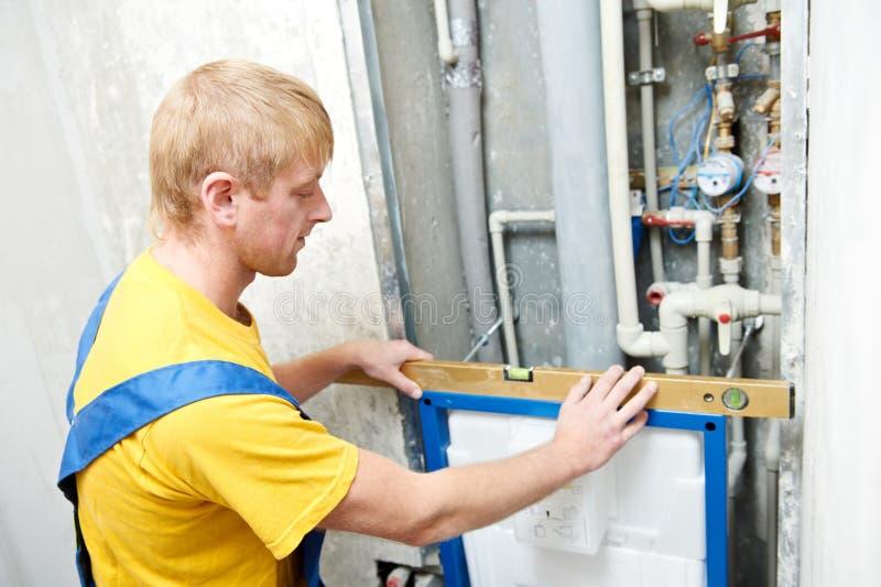Νέος εργαζόμενος ατόμων υδραυλικών στοκ φωτογραφία