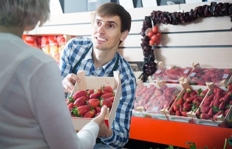 Νέος εργαζόμενος παντοπωλείων αρσενικών στην τοπική αγορά στοκ φωτογραφία με δικαίωμα ελεύθερης χρήσης
