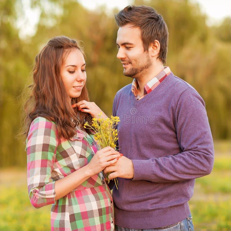 Νέος ερωτευμένος υπαίθριος ζευγών στοκ φωτογραφία με δικαίωμα ελεύθερης χρήσης