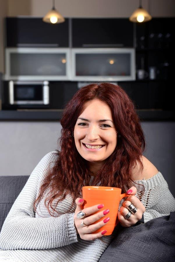 Νέος ευτυχής καφές κατανάλωσης γυναικών στοκ φωτογραφία με δικαίωμα ελεύθερης χρήσης