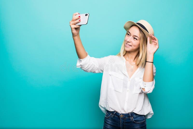 Νέος εύθυμος ελκυστικός ξανθός χαμογελά παίρνει selfie στη κάμερα του τηλεφώνου της, που φορά την περιστασιακή θερινή εξάρτηση κα στοκ φωτογραφίες με δικαίωμα ελεύθερης χρήσης