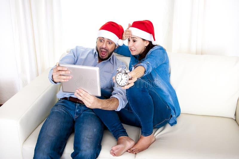 Νέος ελκυστικός ισπανικός αργά εγκαίρως για τις αγορές χριστουγεννιάτικων δώρων στοκ εικόνα