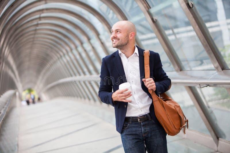 Νέος ελκυστικός καφές κατανάλωσης ατόμων στο δρόμο του στοκ εικόνες με δικαίωμα ελεύθερης χρήσης