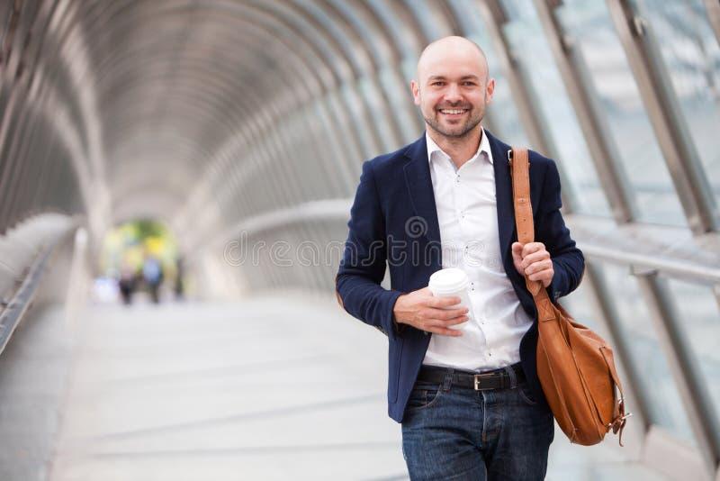 Νέος ελκυστικός καφές κατανάλωσης ατόμων στο δρόμο του στοκ εικόνα