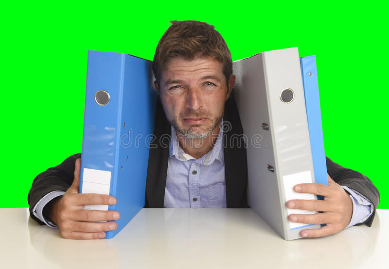 Νέος ελκυστικός πολυάσχολος επιχειρηματίας που συντρίβεται να υποστεί την τρελλή πίεση στο γραφείο που εξαντλείται στοκ φωτογραφίες με δικαίωμα ελεύθερης χρήσης