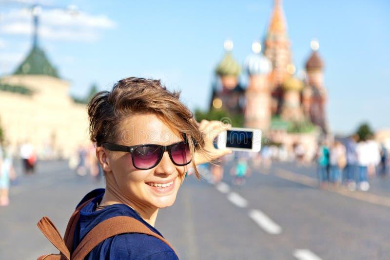 Νέος ελκυστικός ταξιδιώτης γυναικών με το σακίδιο πλάτης στο υπόβαθρο στοκ φωτογραφία