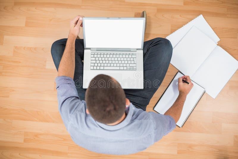 Νέος δημιουργικός επιχειρηματίας που εργάζεται στο lap-top στοκ φωτογραφίες με δικαίωμα ελεύθερης χρήσης