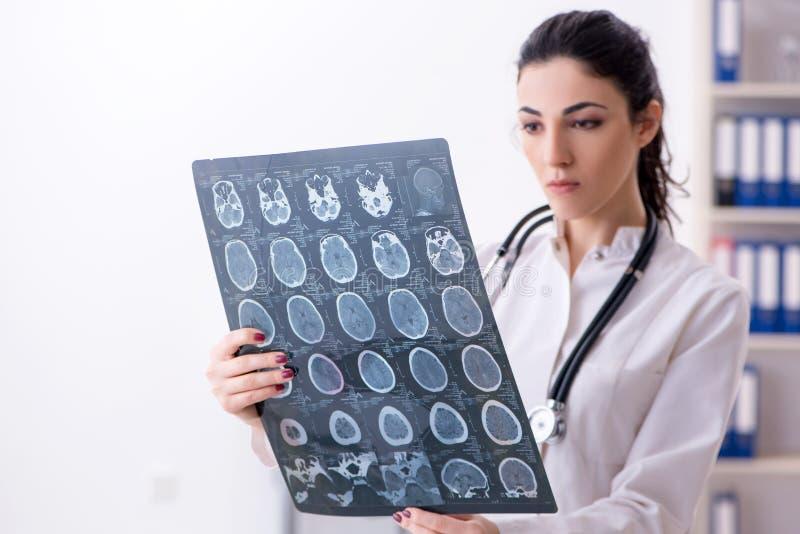 Νέος θηλυκός ακτινολόγος γιατρών που εργάζεται στην κλινική στοκ εικόνες