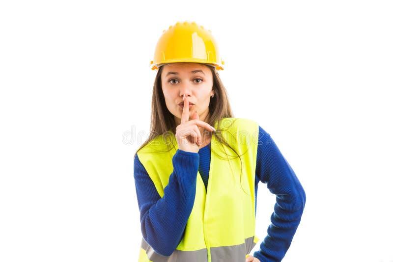 Νέος θηλυκός αρχιτέκτονας που κάνει shush τη χειρονομία στοκ φωτογραφία με δικαίωμα ελεύθερης χρήσης