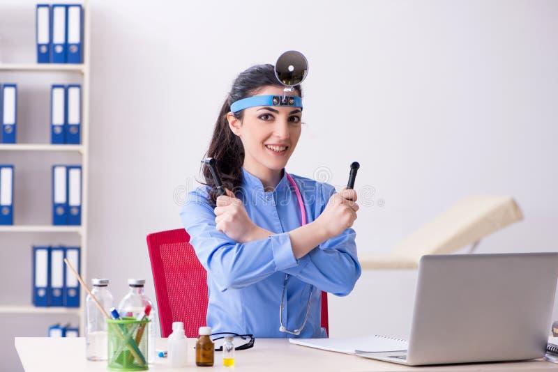 Νέος θηλυκός γιατρός που εργάζεται στην κλινική στοκ φωτογραφία με δικαίωμα ελεύθερης χρήσης