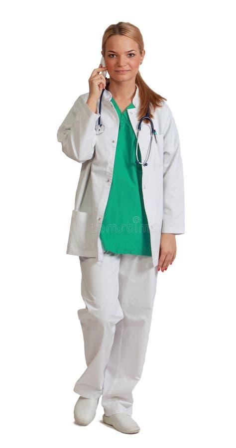 Νέος θηλυκός γιατρός στο τηλέφωνο στοκ εικόνα