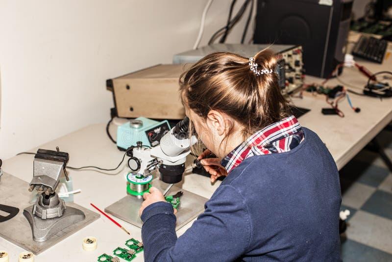 Νέος θηλυκός ηλεκτρονικός τεχνικός στην εργασία στοκ φωτογραφίες με δικαίωμα ελεύθερης χρήσης
