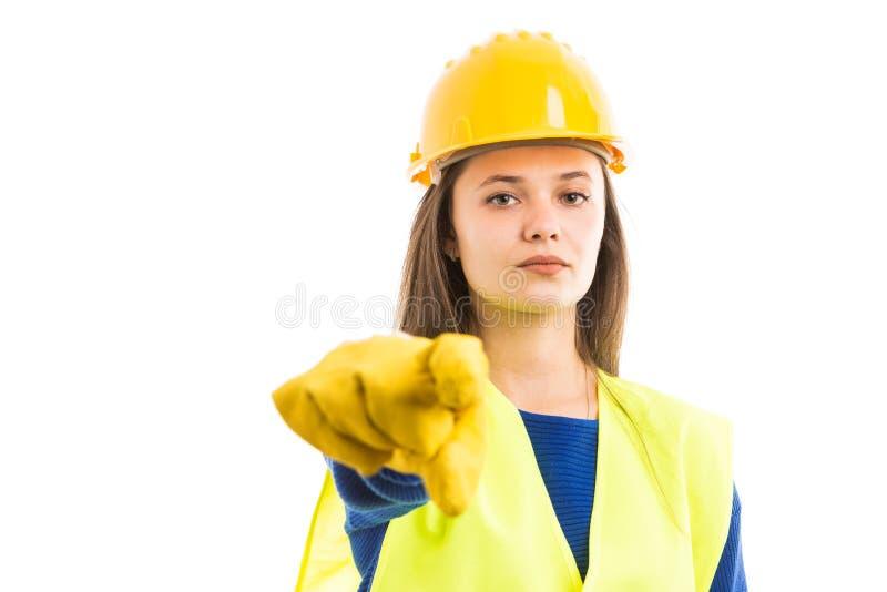Νέος θηλυκός κατασκευαστής που δείχνει προς τα εμπρός στοκ φωτογραφία