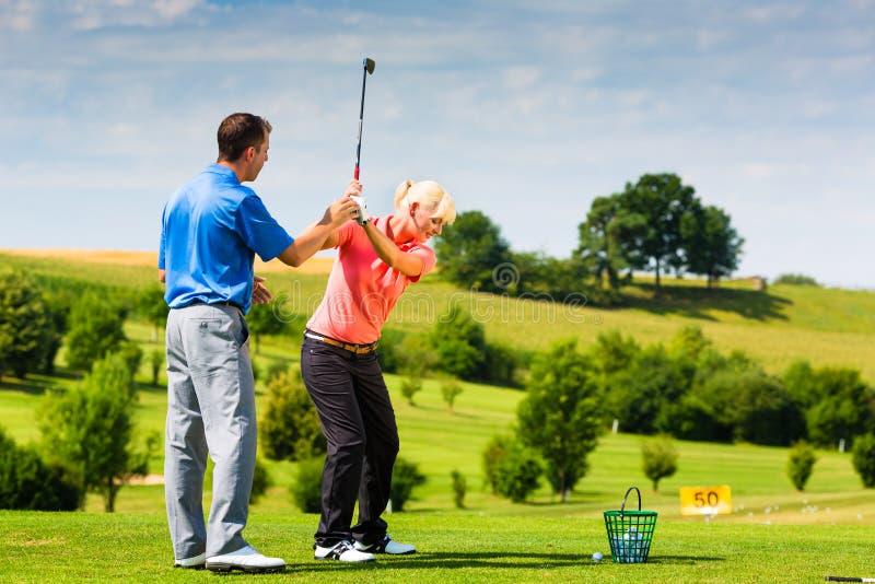Νέος θηλυκός φορέας γκολφ στη σειρά μαθημάτων στοκ εικόνα