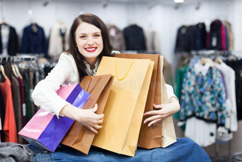 Νέος θηλυκός αγοραστής με τις τσάντες στοκ εικόνες με δικαίωμα ελεύθερης χρήσης