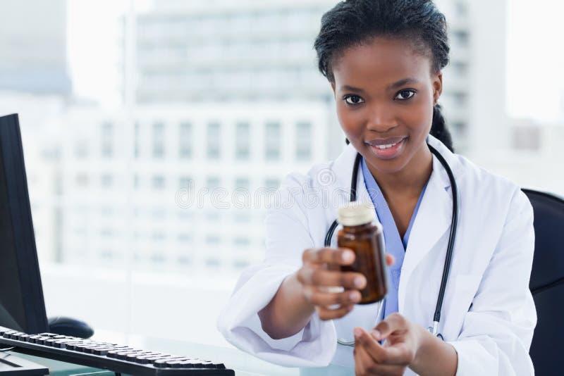 Νέος θηλυκός γιατρός που δίνει το φάρμακο στοκ φωτογραφίες