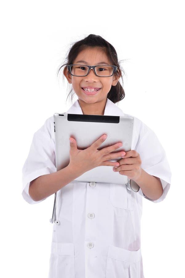 Νέος θηλυκός γιατρός που χρησιμοποιεί την ταμπλέτα - που απομονώνεται πέρα από ένα άσπρο backgro στοκ φωτογραφία με δικαίωμα ελεύθερης χρήσης
