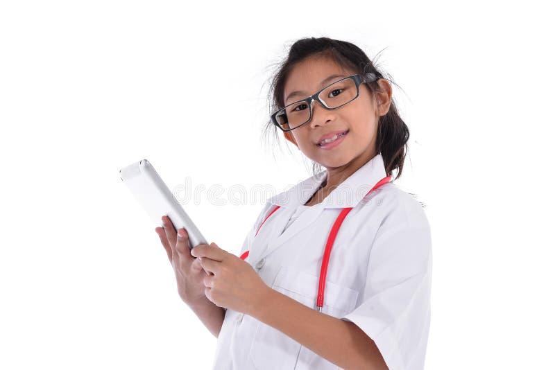 Νέος θηλυκός γιατρός που χρησιμοποιεί την ταμπλέτα - που απομονώνεται πέρα από ένα λευκό στοκ φωτογραφία