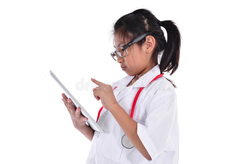 Νέος θηλυκός γιατρός που χρησιμοποιεί την ταμπλέτα - που απομονώνεται πέρα από ένα λευκό στοκ φωτογραφίες με δικαίωμα ελεύθερης χρήσης