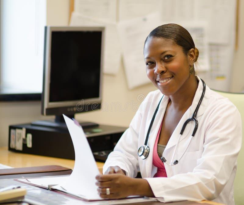 Νέος θηλυκός γιατρός στοκ φωτογραφίες