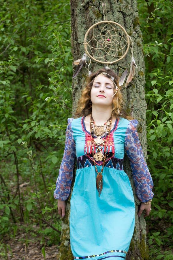 Νέος θηλυκός σαμάνος στα ξύλα στοκ φωτογραφία με δικαίωμα ελεύθερης χρήσης