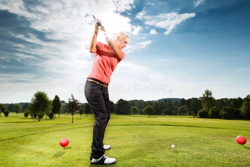 Νέος φορέας γκολφ στη σειρά μαθημάτων που κάνει την ταλάντευση γκολφ στοκ φωτογραφίες