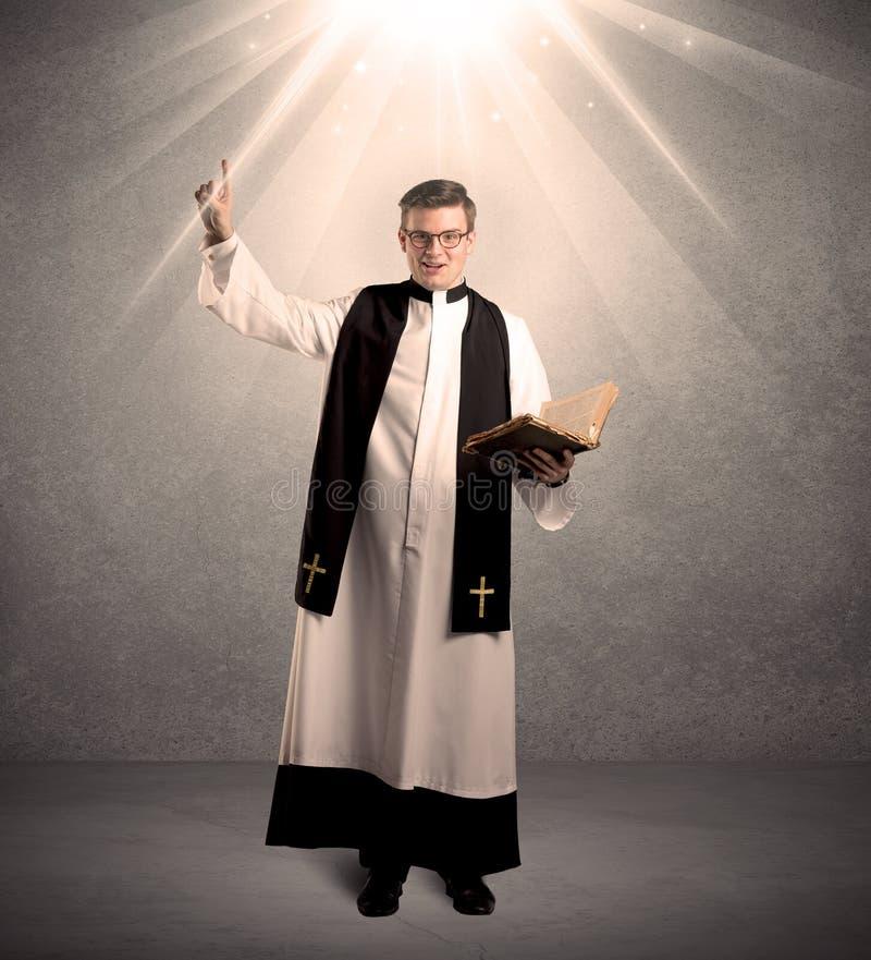 Νέος ιερέας στο δόσιμο της ευλογίας του στοκ φωτογραφίες