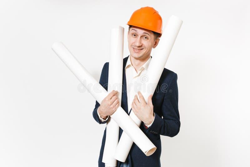 Νέος ικανοποιημένος χαμογελώντας επιχειρηματίας στο σκοτεινό κοστούμι, προστατευτικά σχέδια σχεδιαγραμμάτων εκμετάλλευσης κρανών  στοκ φωτογραφία με δικαίωμα ελεύθερης χρήσης