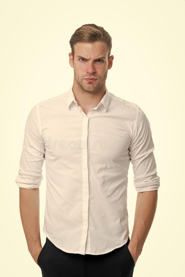 Νέος και βέβαιος Ξεκουμπωμένο υπαλληλικό κομψό απομονωμένο πουκάμισο άσπρο υπόβαθρο ατόμων καλά καλλωπισμένος Φαλλοκράτης βέβαιος στοκ εικόνες