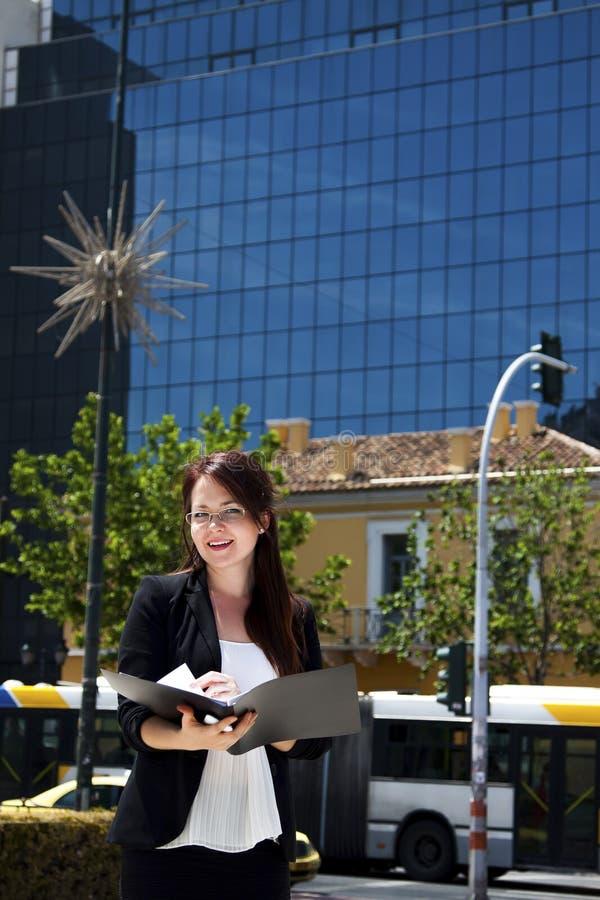 Νέος και όμορφος επιχειρηματίας γυναικών στοκ εικόνες με δικαίωμα ελεύθερης χρήσης