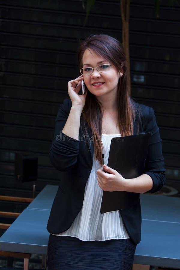Νέος και όμορφος επιχειρηματίας γυναικών στοκ φωτογραφίες