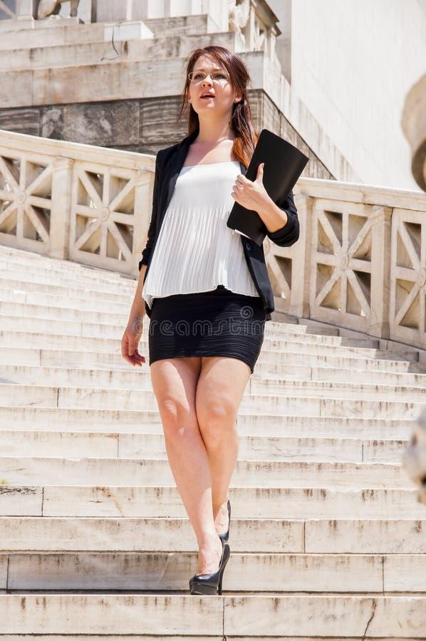 Νέος και όμορφος επιχειρηματίας γυναικών στοκ εικόνα με δικαίωμα ελεύθερης χρήσης