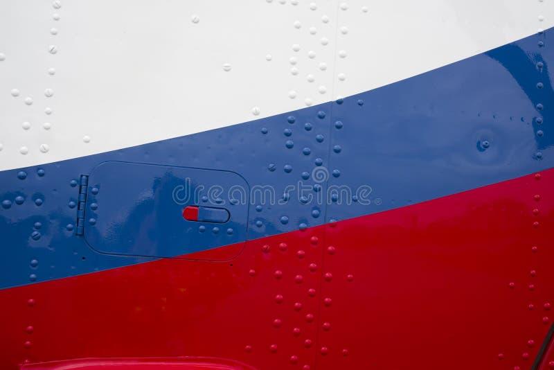 Νέος καρφωμένος τοίχος ελικοπτέρων που χρωματίζεται στα χρώματα της ρωσικής σημαίας στοκ φωτογραφίες