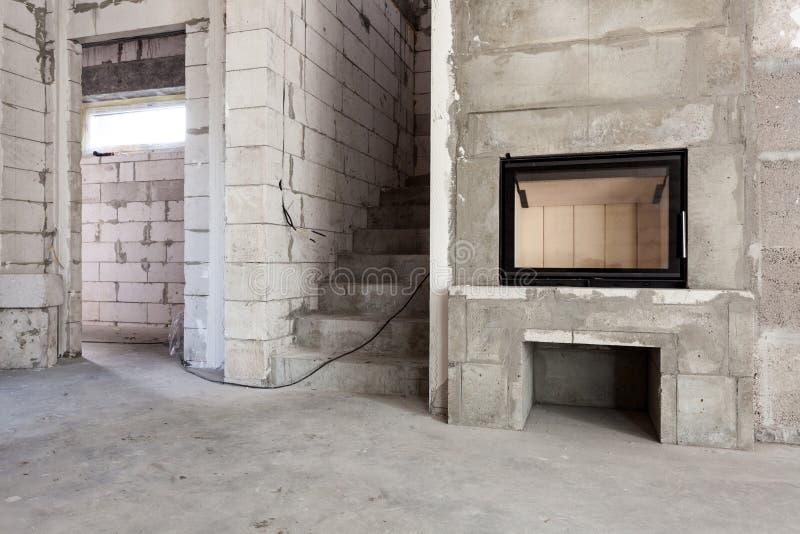 νέος κατώτερος σπιτιών κατασκευής Σύγχρονη ξύλινος-βαλμένη φωτιά κατασκευή εστιών Αερισμένοι τσιμεντένιοι ογκόλιθοι, τοίχοι πλινθ στοκ εικόνα