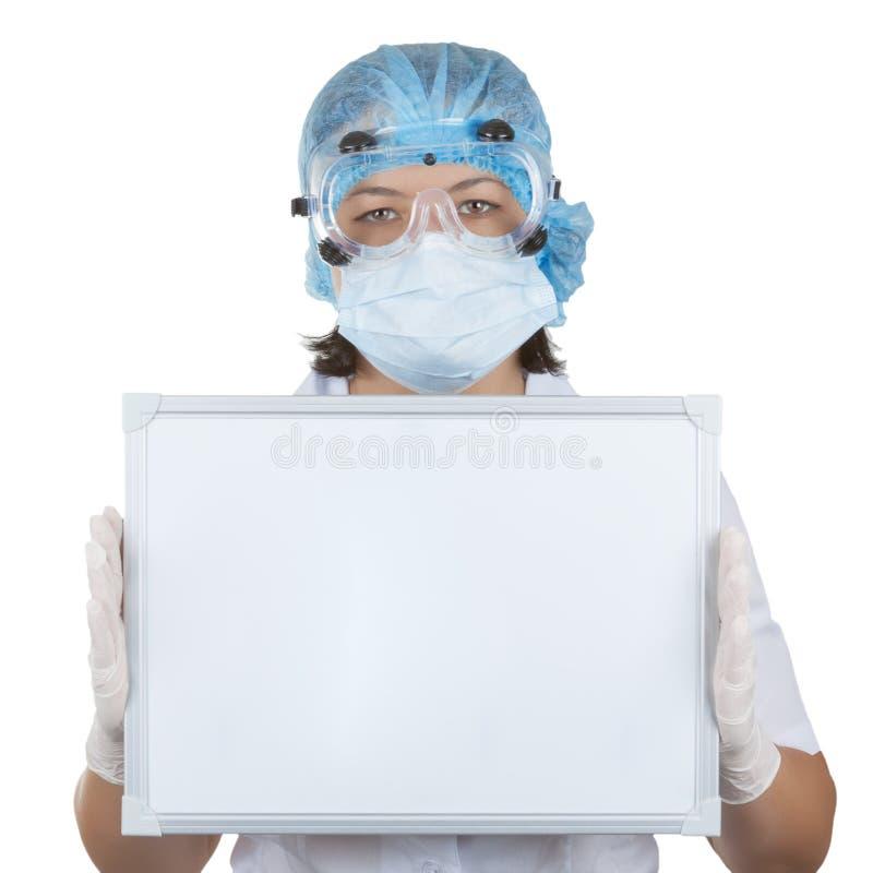 Νέος κενός πίνακας εκμετάλλευσης γιατρών γυναικών με το κενό διάστημα για το σας στοκ φωτογραφία με δικαίωμα ελεύθερης χρήσης