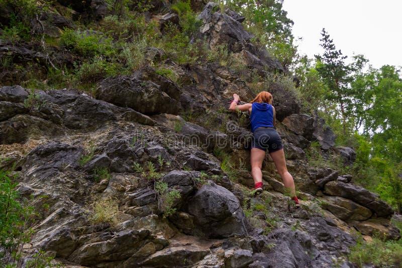 Νέος κοκκινομάλλης ορειβάτης κοριτσιών στοκ εικόνες