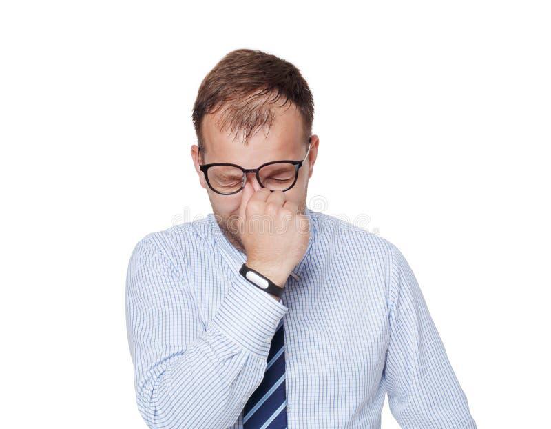 Νέος κουρασμένος επιχειρηματίας στα γυαλιά που απομονώνεται στο λευκό στοκ εικόνα