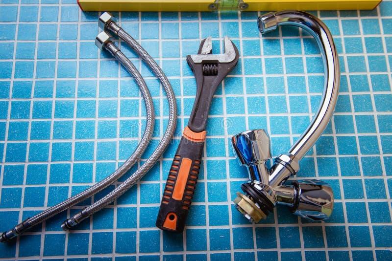 Νέος κρουνός, εξαρτήματα υδραυλικών και εργαλεία στοκ φωτογραφία
