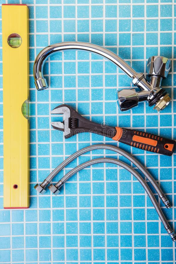 Νέος κρουνός, εξαρτήματα υδραυλικών και εργαλεία στοκ φωτογραφίες