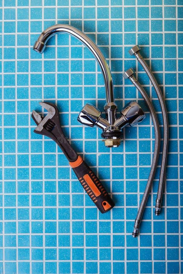 Νέος κρουνός, εξαρτήματα υδραυλικών και εργαλεία στοκ φωτογραφία με δικαίωμα ελεύθερης χρήσης